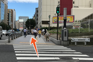 目の前の交差点へまっすぐ進みます。