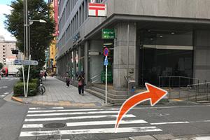 郵便局の手前の曲がり角で右側へ曲がります。