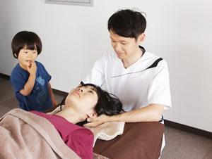 銀座スリーピース整体院の自律神経症状への施術の様子