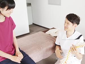 腰痛施術の説明の様子